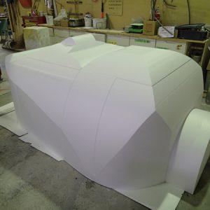 輪郭をカットマシンでカットした後手作業で原型を削り出し
